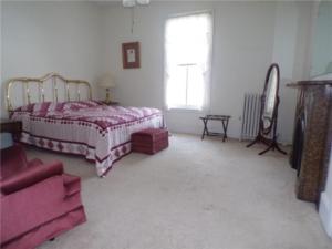 Tillinghast Manor bedroom before remodel